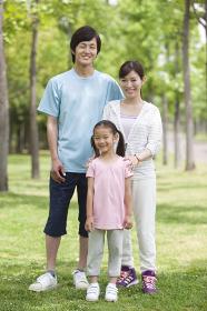 スポーツウエアを着た家族3人のポートレート