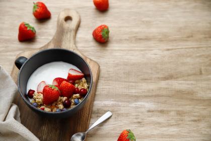 いちごとヨーグルトとシリアルで簡単な朝食