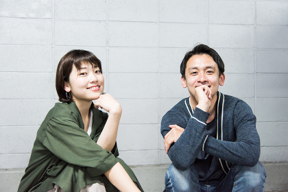 笑顔で座り会話するカップル