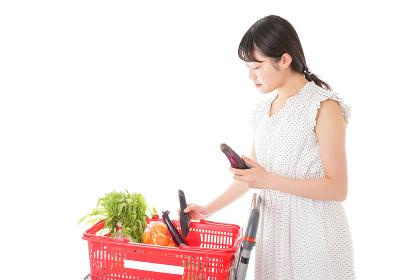 買い物をする若い主婦