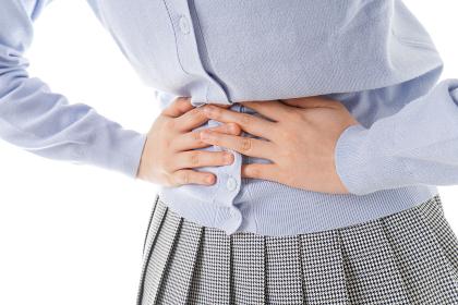 腹痛に苦しむ若い女性