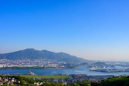 青空と皿倉山と八幡の街並み