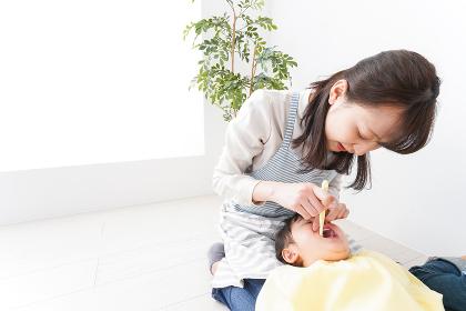 幼稚園で歯磨きをする子ども