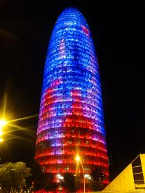 スペイン・バルセロナにてランドマークの現代建築タワーであるトーレアグバールの夜間ライトアップ