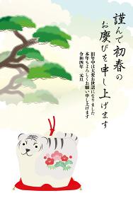 トラの置物と松の木と雲が背景にある年賀状イラスト