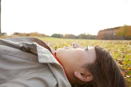 仰向けに寝転がる女性の横顔