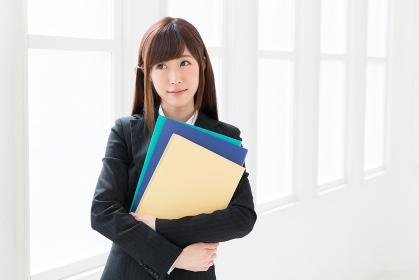 ファイルを持つ女性 考える ビジネス