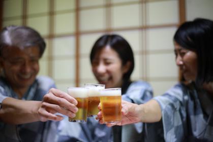 乾杯する家族