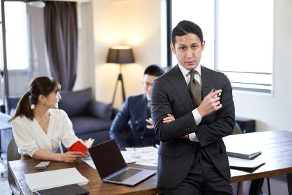 アジア人とラテン人の英会話ミーティングで困る男性