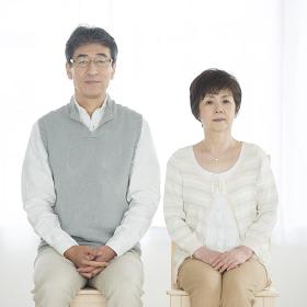 椅子に座るシニア夫婦
