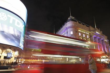 ピカデリーサーカスとロンドンバス夜景