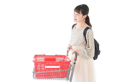 スーパーでショッピングをする若い女性