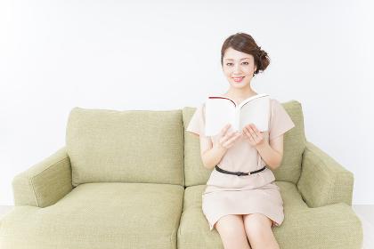 部屋で読書をする女性