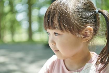横を向く日本人の女の子