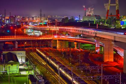 都市夜景 夜の高速道路と通勤電車