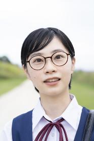 笑顔で通学する女子高生