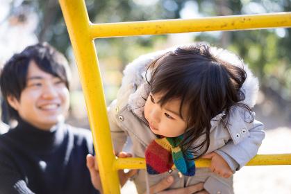 父と女の子(公園・遊具)