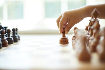 チェスをする子供の手