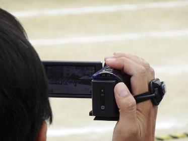 小学校の運動会で記念撮影をする父兄
