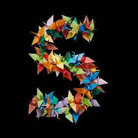 黒バックに折り紙の鶴で作った数字の5