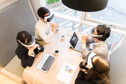 VRゴーグルを装着して仕事をする人々(俯瞰・ハイアングル・鳥瞰)
