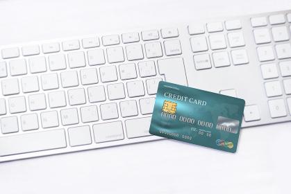 クレジットカードとキーボード_青3780