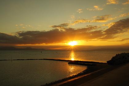 雲間から有明海に放射状に降り注ぐ太陽の光