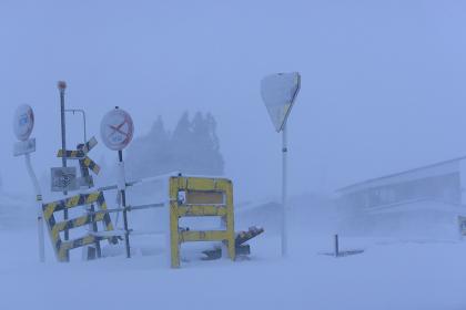 吹雪の中の踏切