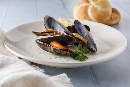 Mussels cooked with oil, parsley and spices