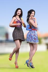 広い敷地の芝生の上でお姉さん系のワンピースを着た2人の女の子がカバンを持ち授業へ向かうシーン