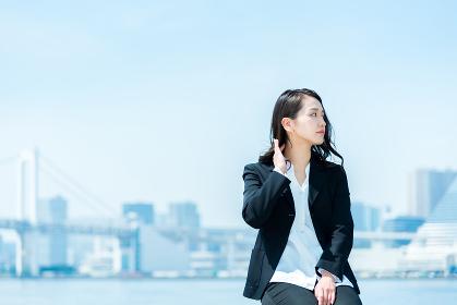 遠くを見つめる女性・ビジネスイメージ