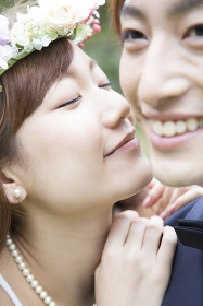 新郎の頬にキスをする新婦