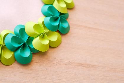 画用紙で作ったリース 折り紙 四つ葉のクローバー