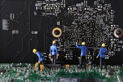 パソコンの基盤の上にいる人々
