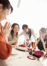 ホームパーティーをする若い男女