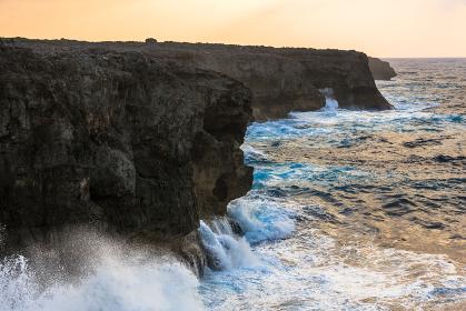 日本最南端、沖縄波照間島・高那崎の夜明け