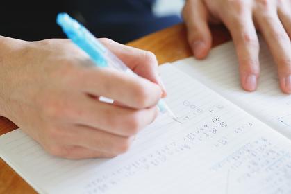 メモを書く高校生