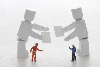 名刺交換で名刺を差し出すAIロボット達