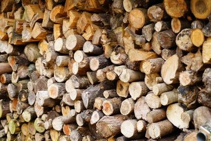 たくさんの薪割り前の木材