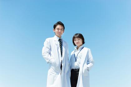 白衣を着た男女(ビジネスイメージ)