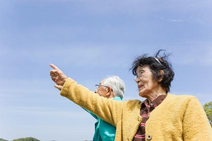 空を指差す高齢夫婦