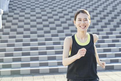 ランニングする日本人女性