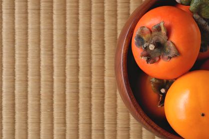 木製の深皿に盛られた柿 12