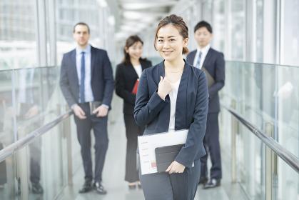 女性を中心としたビジネスチーム