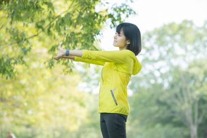 運動中に深呼吸をする女性