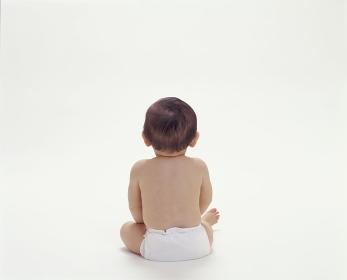 お座りしている赤ちゃんの後姿