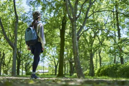 新緑の登山を楽しむ若い女性