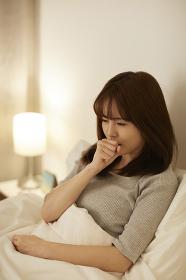咳をする日本人女性