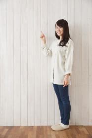 指を差す日本人女性