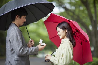プロポーズする日本人男性